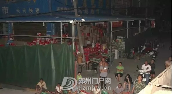 邓州某路口大货车冲进了小卖部 - 邓州门户网|邓州网 - 640.webp3_WPS图片.jpg