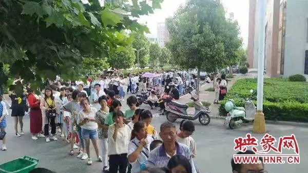邓州某学校报名首日便有大量家长涌入