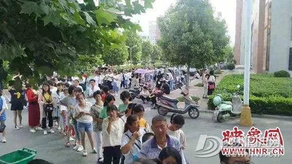 邓州某学校报名首日便有大量家长涌入 - 邓州门户网|邓州网 - 640.webp10.jpg
