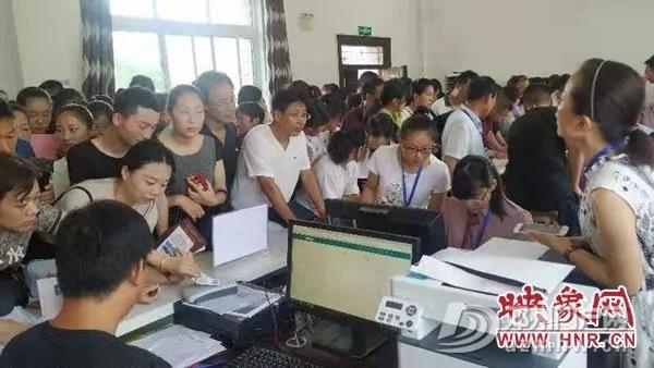 邓州某学校报名首日便有大量家长涌入 - 邓州门户网|邓州网 - 640.webp12.jpg