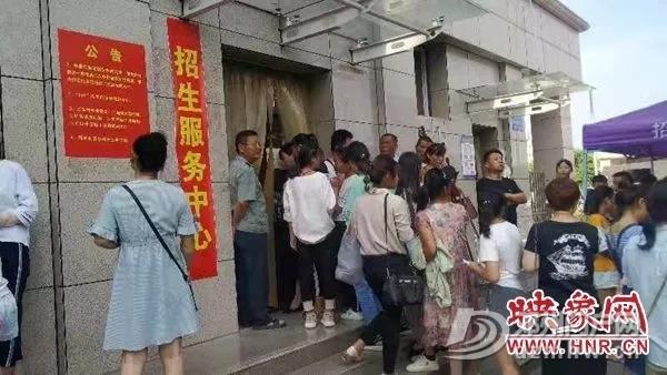 邓州某学校报名首日便有大量家长涌入 - 邓州门户网|邓州网 - 640.webp11.jpg