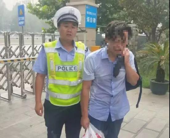 郑州:一男子因没钱给母亲看病,醉酒欲自杀,被警方救下!