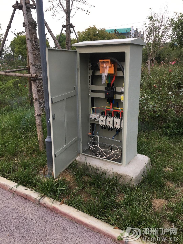 邓州市新华东路和207交叉口的小公园里的配电柜的门就这样打开着 - 邓州门户网|邓州网 - 705a8e53ly1g57onqgvf4j20u0140dwj.jpg