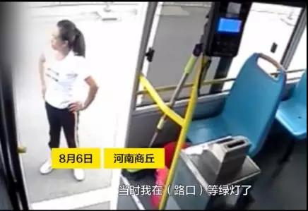 商丘:推搡、扇耳光!一女子逼停公交车,辱骂殴打司机!撒泼! - 邓州门户网|邓州网 - 3.jpg