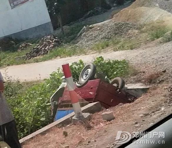 邓州207国道发生车祸,三轮车掉近沟里! - 邓州门户网|邓州网 - 640.webp11.jpg