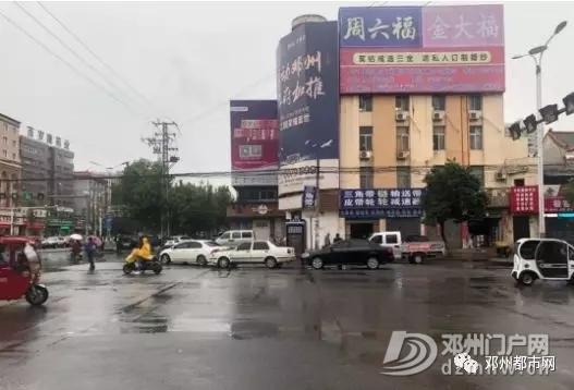 惊险!邓州某小区门口发生车祸,女子受伤坐在马路中间! - 邓州门户网|邓州网 - 640.webp.jpg