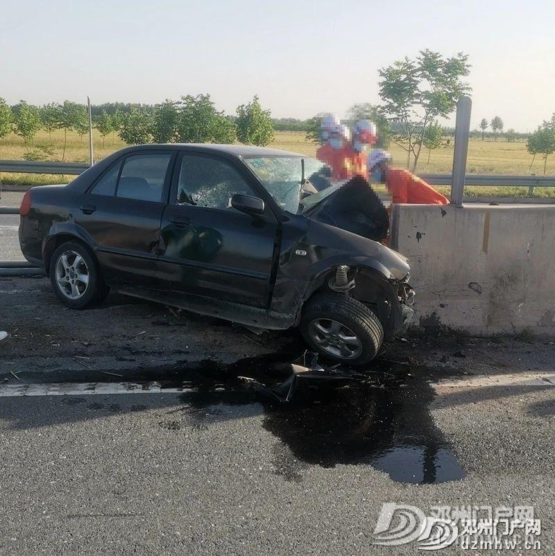 惊险!龙堰高速上一小车撞上护栏!车头撞没了,人当场... - 邓州门户网|邓州网 - c89b2ccbed11353b205c56fdaf5a2664.jpg