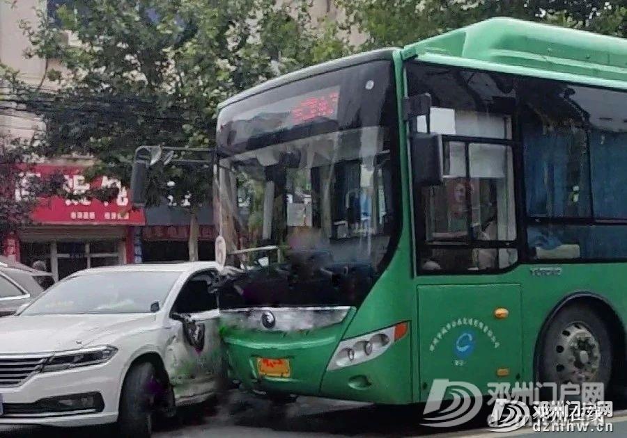 突发!邓州5路公交车与白色轿车撞一起... - 邓州门户网|邓州网 - 30c52ea92d960be8bf8b9576c128fa70.jpg