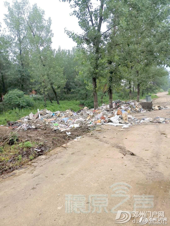 半夜12点,有四轮车在邓州一学校附近倾倒生活垃圾 - 邓州门户网|邓州网 - 39a1f0d0cec5e4c886bd07134aeae54e.jpg