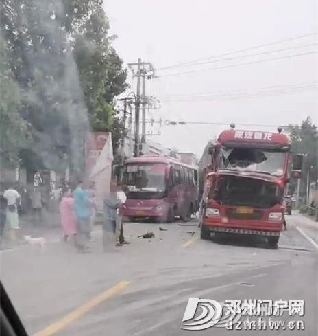 可怕!邓州一货车与客车相撞!大货车车头撞损严重,玻璃碎了... - 邓州门户网|邓州网 - 55a58372361e72544a764339b4852aef.jpg