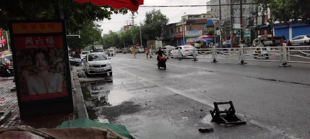 邓州骨伤医院,商城路口2路车站牌这下水道井盖没见了,用凳子盖在上面,大家路过的要小心!