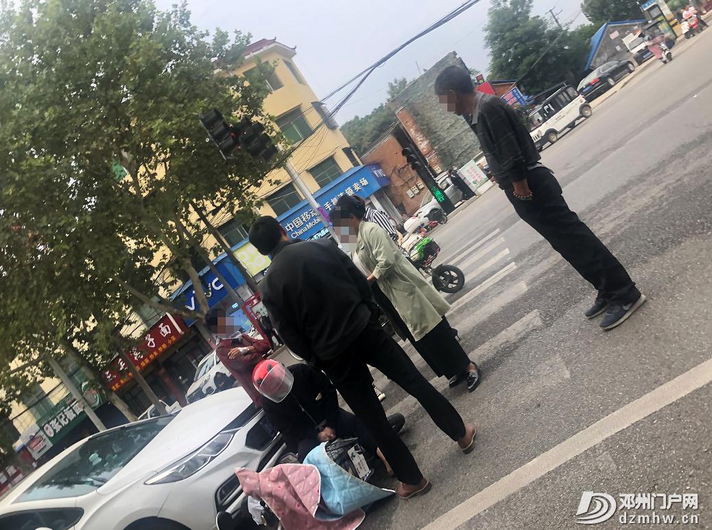 咋回事?早8点邓州文化路上有人坐在人行斑马线上,一直没有起来…… - 邓州门户网|邓州网 - 3f986e580f255b59db7e09de6778aee5.png