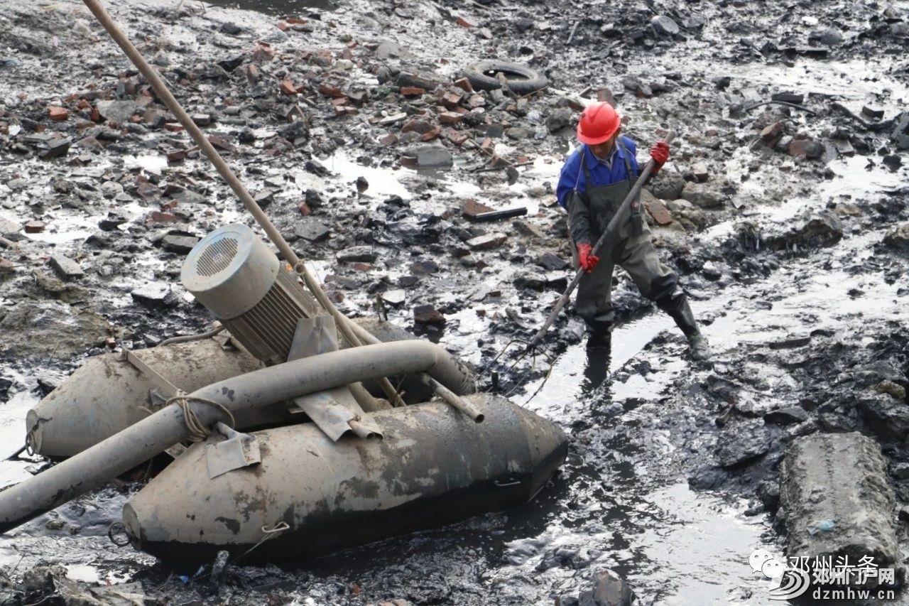 今天邓州城河里的水全部被抽干了!邓州内城河及部分道路管网清淤项目建设进行中 - 邓州门户网|邓州网 - ddb9081f1c9896b2f79a2713d77a281f.jpg