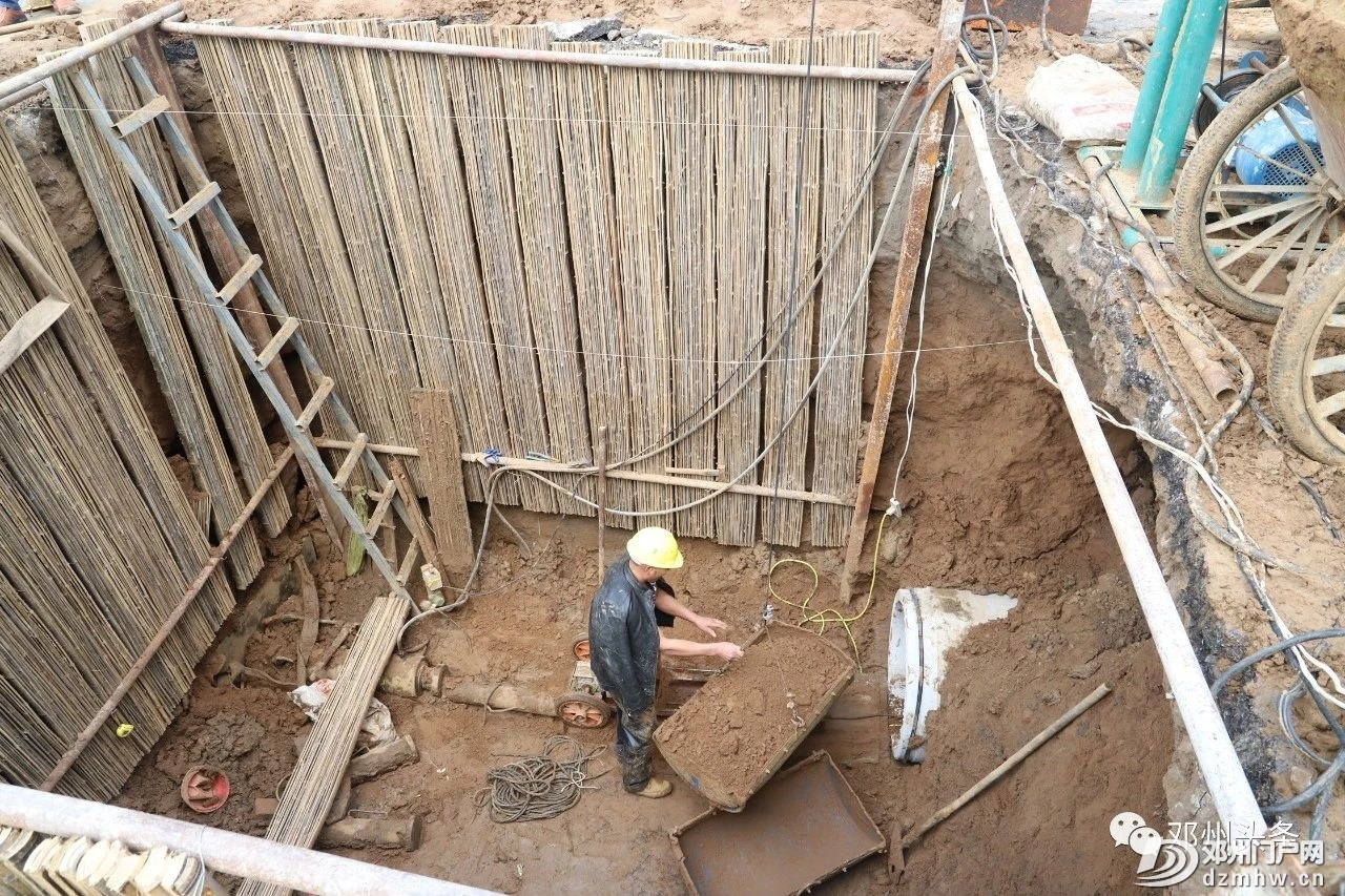 今天邓州城河里的水全部被抽干了!邓州内城河及部分道路管网清淤项目建设进行中 - 邓州门户网|邓州网 - fb193fee2a7e6f7bb02ec7dfff3f6d8f.jpg