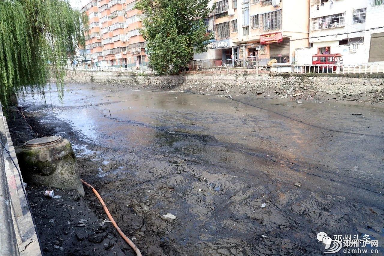 今天邓州城河里的水全部被抽干了!邓州内城河及部分道路管网清淤项目建设进行中 - 邓州门户网|邓州网 - a907828538ac167c37f77e26414f7b86.jpg