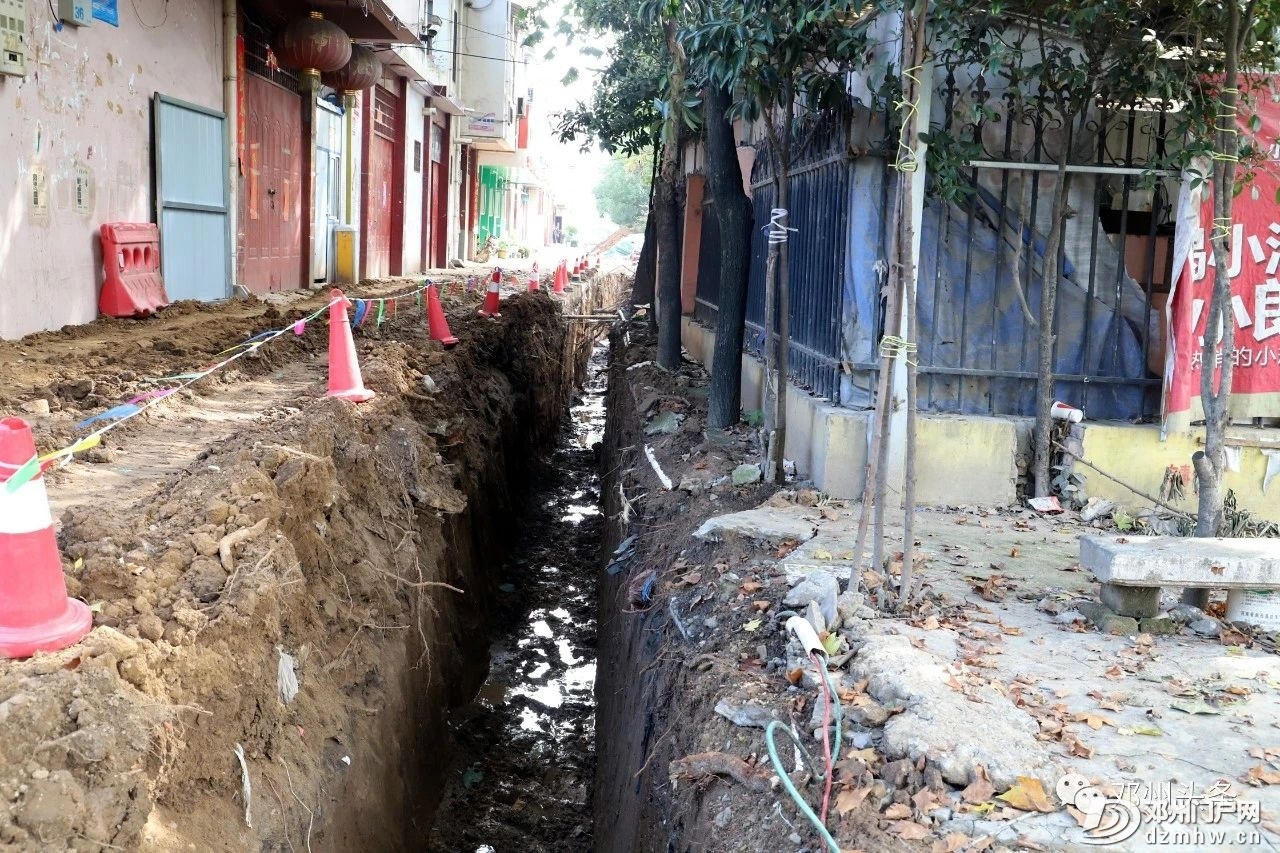 今天邓州城河里的水全部被抽干了!邓州内城河及部分道路管网清淤项目建设进行中 - 邓州门户网|邓州网 - 6b6b40a5da18362ee31431f368054b29.jpg